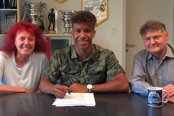 Kevin Rüegg signs first professional contract