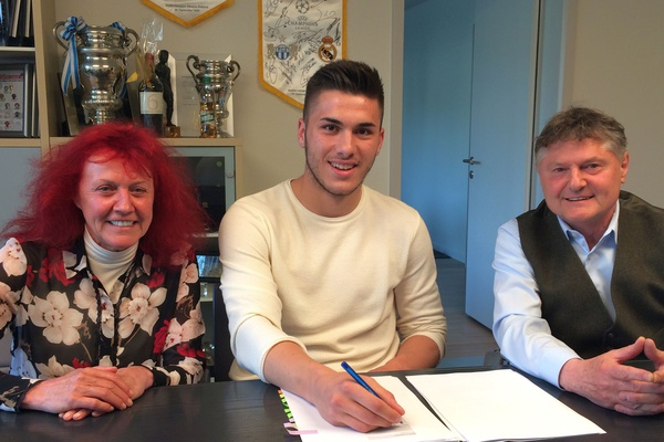 Mirlind Kryeziu signs first professional contract